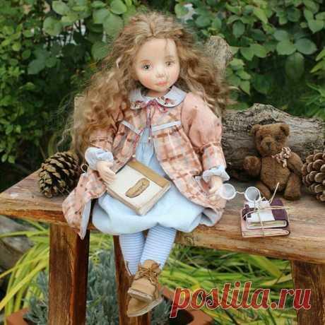 Сашенька. Текстильная кукла - душа, завернутая в ткань.  Смотрит внимательно Милая девочка. Синяя блузочка, Платьице в клеточку. Книжки зачитаны, Туфли поношены. Но, все-равно, она Очень хорошая. Спросите вы,  Чем она хороша? В глазки взгляните, В них светит душа. #текстильнаяавторскаякукла #авторскаякукла#кукла#куклавподарок#интерьернаякукла#dolls#doll#muñecadearte #dollartist#текстильнаякукла