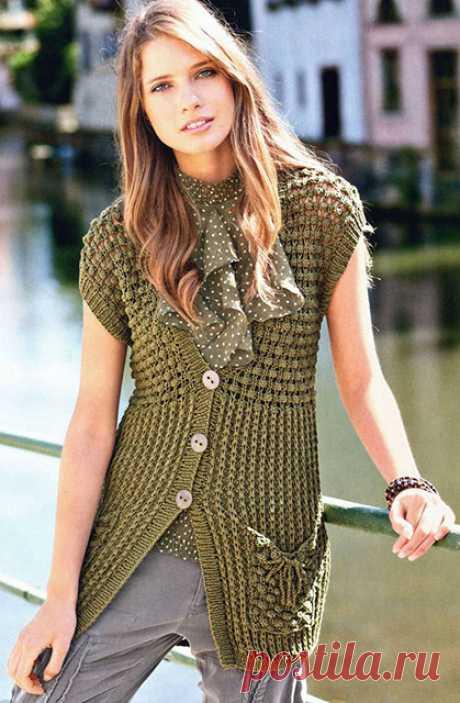 Оливковый удлиненный жилет на пуговицах с накладными карманами спицами – схемы и описание — Пошивчик одежды