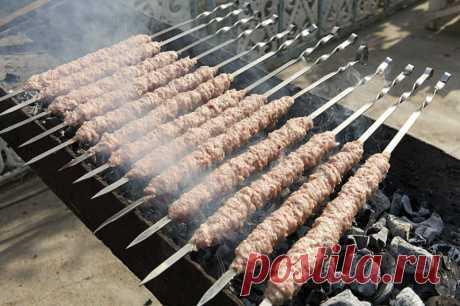 Домашний кебаб в лаваше — уникальное блюдо. Готовится, пока гости моют руки!  Без этого блюда кухню Востока сложно представить. Как правило, это небольшие колбаски из рубленой баранины с добавлением пряностей, жаренные на шампурах. Невероятно вкусно!  Но и в условиях городской…
