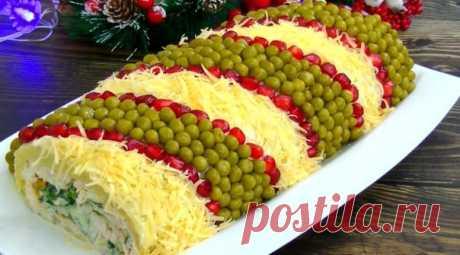 красивый и вкусный салат на новогодние праздники «Король стола»    РЕКОМЕНДУЕМ ПОДПИСАТЬСЯ!  Для приготовления салатика возьмем: 250-300 г куриного филе; 5-6 картошек; 4 куриных яйца; 4 свежих огурчик  Приготовьте его на Новый Год и а; 50 г перетертых грецких орешков; 50 г кураги или чернослива; Майонез для заправки.  Для украшения салата: Баночка консервированного горошка; Твердый сыр; Пучок кинзы; Гранат.  Готовим новогодний салат: Дл...
