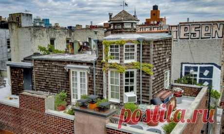 Деревенская романтика среди городских джунглей: очаровательный домик прямо на крыше 5-этажного здания | Милая Я Домик прямо на крыше 5-этажного дома. Крыши многоэтажных домов могут быть полны сюрпризов. Наглядным примером этого служит очаровательный домик, который красуется на крыше щдания на одной из нью-йоркских улиц. Довольно странно наблюдать это строение в таком необычном месте, однако человеку, построившему его, находясь в городских джунглях, иногда хотелось почувств...