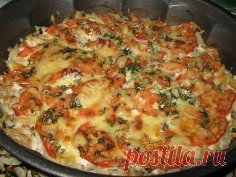 Рыба запечённая с помидорами и сыром  Рецепт из разряда:быстро и вкусно! Ингредиенты: филе не жирной рыбы (у меня треска) 600-700 гр. помидор 1 шт. сметана 3-4 ст.л. чеснок 3-4 зубч. зелень свежая по вкусу (я добавила укроп) соль,перец сыр твёрдый 50-70 гр.  Приготовление: 1. Рыбу нарезать на не большие кусочки,посолить,поперчить. 2. Выложить рыбу в форму для запекания.Посыпать мелко нарубленным чесноком. 3. Сверху смазать сметаной. 4. Помидор тонко нарезать полукольцами,в...