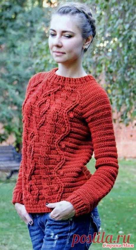 Терракотовый пуловер с рельефными узорами.