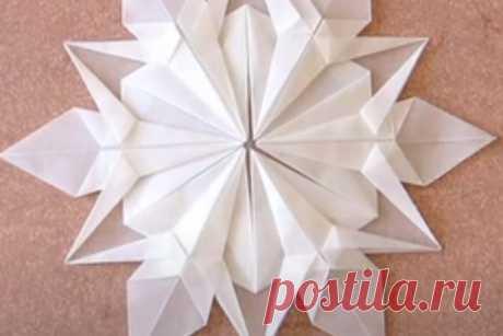 Как сделать снежинку-оригами Автор этой снежинки-оригами, которую вы видите на фотографии, дизайнер Деннис Уокер (Dennis Walker). Она легкая, воздушная и отлично смотрится в интерьере.Давайте попробуем тоже сделать эту необыкновенную снежинку из бумаги.