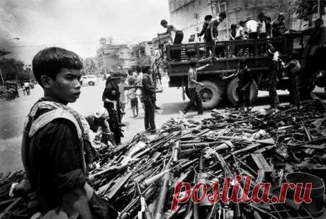 The young soldier #КрасныхКхмеров helps to assemble the weapon, #Камбоджа\u000a\u000a#историческиефото #ретрофото of #история #интересное\u000a#занимательное_право #живойзакон #livelaw