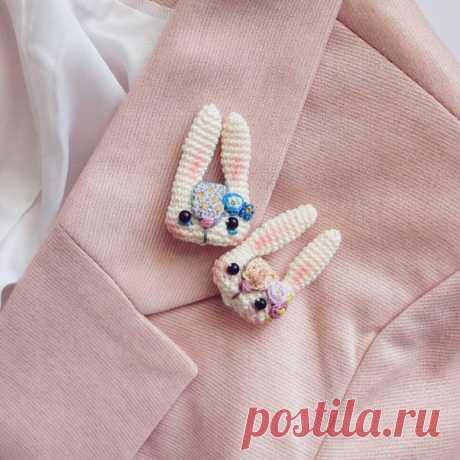 Зайки в наличии. Upd: розовый бронь Один в серо-голубой гамме с горчичными акцентами, второй с лиловыми цветочками и распускающейся свежей листвой. Весна шепчет Замочки с защитой, связаны из тонкого хлопка, от кончиков ушей до подбородка 4 см., в коробочке 400р ♡♡♡ #crochetbunny #broochbunny #вязаниекрючком #вязание #crochetaddict #crochetart #брошь #crocheting #crochetlife #crochetaddict #ручнаяработа #рукоделие #вяжутнетолькобабушки #crochetbrooch #вязанаяброшь #crochet_...