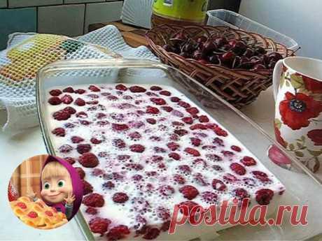СМЕТАННЫЙ ДЕСЕРТ С ЯГОДАМИ   ИНГРЕДИЕНТЫ:  ● Желатин – 5 чайных ложек.  ● Холодная кипячёная вода – 0,5 литра.  ● Сметана – 1 литр.  ● Сахар – полстакана.  ● Ягоды – 1-1,2 литра.  Полезный совет:  Для такого торта подойдут не только любые ягоды, но и фрукты. Чернику, полевую клубнику, малину, красную и чёрную смородину кладите целиком, а сливы, груши, яблоки, бананы, персики порежьте на мелкие кусочки. Чем больше разных ягод и фруктов вы положите, тем вкуснее и интереснее ...