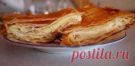 Сырный пирог из армянского лаваша   Ингредиенты:   - упаковка армянского лаваша  - 1 яйцо  - 70 мл молока  - 500 г сыра, подойдет обычный российский сыр   Приготовление:   1. Натереть сыр на крупной терке.  2. Яйцо с молоком взбить и добавить в сыр, перемешать.  3. Противень смазать растительным маслом и разложить на нем 1 слой лаваша.  4. Лаваш намазать сыром и положить следующий слой лаваша, получается примерно где-то 5 слоев.  5. Последний слой должен заканчиваться лава...