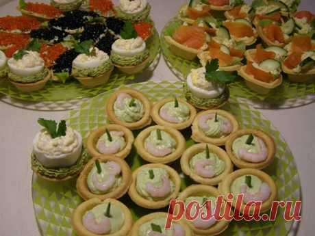 Начинки для тарталеток: 14 самых вкусных и простых рецептов Начинки для тарталеток готовят красной икрой, семгой, креветуками, творожжным сыром, салатами оливье, селедкой под шубой и многими другими вкусными продуктами питания. Тарталетки прекрасно украшают праздничный стол к Новому году, дню рождения, даи просто хороши в качестве закуски для воскресного обеда.