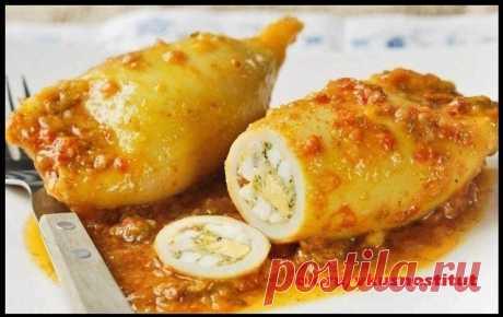 Фаршированные кальмары   Ингредиенты:  2 тушки кальмара белки яиц 2 шт шампиньоны 100 г зелень 30 г нежирного сыра 50 г соевый соус 1 ст л  Приготовление:  Кальмары опустить в кипящую воду, варить 3мин. Обжарить без масла ингредиенты для начинки (белки яиц, шампиньоны, зелень, немного нежирного сыра), полить соевым соусом. Нафаршировать этой смесью кальмары. Тушки обжарить в этой же сковороде минуты три. Приятного аппетита! #вторыеблюда