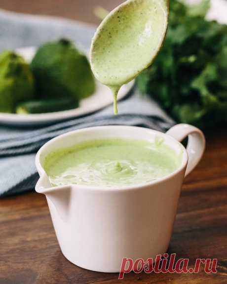 Простая и вкусная заправка для салатов =Заменяем майонез на соус:  3 ст ложки оливкового масла  1 ст ложка лимонного сока или яблочного уксуса  1 ч ложка горчицы  7 ст ложек сметаны  соль и перец - по вкусу.  Приготовление:  1. Смешиваем до однородной массы масло, лимонный сок , горчицу, соль, перец.  2. Добавляем сметану и перемешиваем.  3. Подходит ко всем салатам, где требуется майонез. Можно мазать на бутерброды.