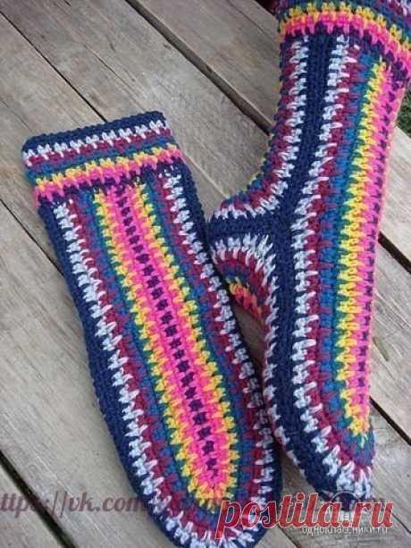 Быстрый и простой способ вязания носков крючком  Быстро, ярко, без мороки.Справится даже новичок.  Вяжут из 7 цветов. Один ряд рисунок. Второй просто.  Задняя половинка: набираем 25 петель и формируем пятки прибавляю в середине 2 -3 петли.  Передняя половина: набираем в 2 раза больше петель 50.  Мысок: формируем как пятку.  Сборка: Соединяем сначала пятку. Можно крючком, иголкой -получается нежнее.