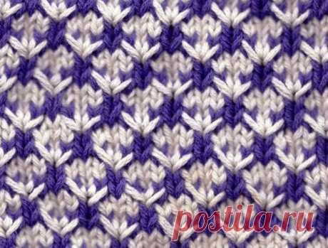 Интересный двухцветный узор Симпатичный узор - подойдет и для вещей, и для домашних аксессуаров.  Количество петель кратно 4 +3 для симметрии +2 кромочные. Число петель увеличивается в рядах 1 и 5 и уменьшается в рядах 3 и 7.  Набрать петли цветом А (белым).