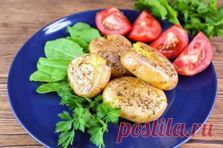 """Русскую кухню сложно представить, без блюд из картофеля. А ведь на Руси, не сразу приняли картошку, люди считали его вредным и ядовитым, из-за чего даже возникали """"картофельные бунты"""" в XIX веке. Но позже картошка полюбилась. Итак, далее несложный, но очень вкусный рецепт. Ингредиенты: - картофель"""