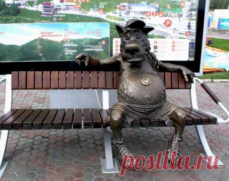 """памятник в парке «Бобровый лог» под Красноярском. Волк умеет """"говорить"""" - его словарный запас составляет девять фраз, которые он произносит каждому нажавшему на медаль, расположенную на его животе."""