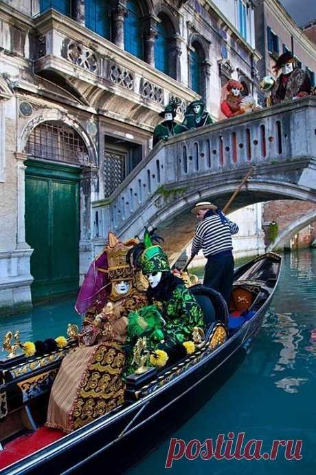 В конце 18 века Император Наполеон издал указ, отменяющий карнавал в Венеции. Возрождение карнавала произошло только в 20 веке. В 1980 году на венецианских площадях вновь появились люди в карнавальных костюмах. Венеция, Италия