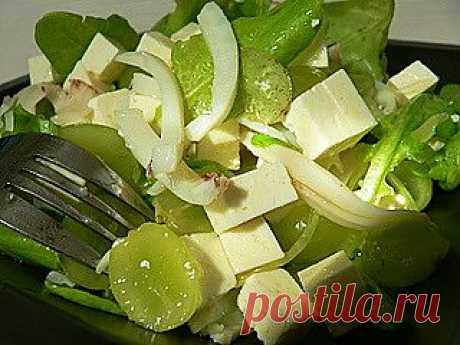 Салат из кальмаров с сыром и зелёным виноградом