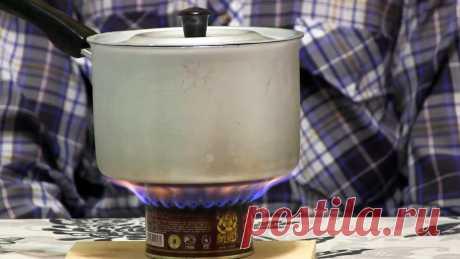 Как сделать спиртовую горелку из жестяной банки В походе или просто аварийной ситуации, когда нет электричества или газа, удобно использовать самодельную спиртовую горелку из жестяной банки. На ней можно быстро вскипятить воду на чай и даже приготовить еду. Она в разы компактней самой портативной туристической газовой плиты, при этом легко