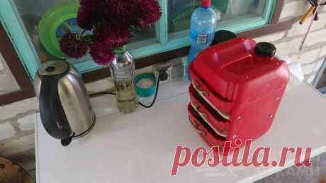 Компактный переносной органайзер из пластиковых канистр Бардак на рабочем столе допускать нежелательно. Это очень отвлекает и мешает сосредоточиться на работе. И решить эту проблему поможет самодельный