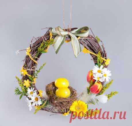 Los artículos a la Pascua por las manos: la corona de Pascua la clase maestra De Pascua por las manos: adornamiento para la casa a la Pascua