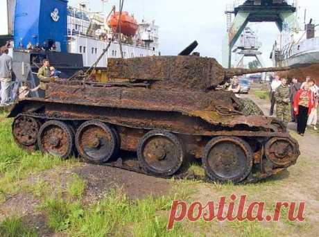В глухом лесу был найден вросший в землю танк с хорошо заметным тактическим номером 12. Люки были задраены, в борту зияла пробоина. Когда машину вскрыли, на месте механика-водителя обнаружили...