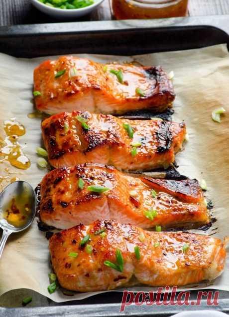 Рыба в фольге Ингредиенты: Рыба (лучше любая красная) — 2 стейка Лук — 1/2 шт. Лимон — пару кусочков Лавровый лист — пару штук Черный перец, соль Помидор — 1 шт. Приготовление: 1. Рыбу нарезать стейками. 2. Застелить противень фольгой, выложить на него лук, кусочки лимона (под каждый стейк). 3. Далее стейки поперчить, посолить, полить лимонным соком, положить кусочек томата, лавровый лист. 4. Обернуть фольгой сверху и выпекать около тридцати минут при