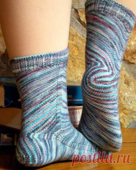 НОСКИ - НОСОЧКИ. Носки - неотъемлемый предмет одежды. Они чаще всего используются для занятий спортом (одеваются под кроссовки, мокасины, кеды и т.п.) и   для утепления ноги в холодное время года (теплые шерстяные носки).  Носки дома могут вполне заменить комнатные тапочки. Это очень хороший подарок своим близким и друзьям !  Замечательные уютные носочки вы можете связать из пряжи, приобретенной в нашей группе   https://ok.ru/kauni