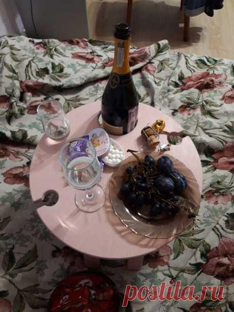 😎В чём плюсы: • Специальные выемки для 2/4 бокалов и бутылки вина. • На столике достаточно места для всевозможных закусок, которые можно располагать без дополнительных тарелок, так как поверхность столика абсолютно безопасна для пищи. • Удобно использовать дома и брать с собой на природу. • На столик может быть нанесена гравировка - пожелание, рисунок или логотип. Стоимость рассчитывается индивидуально. #винныйстолик #столикдлязавтрака #столикиздерева #столикдлявина #складнойстолик