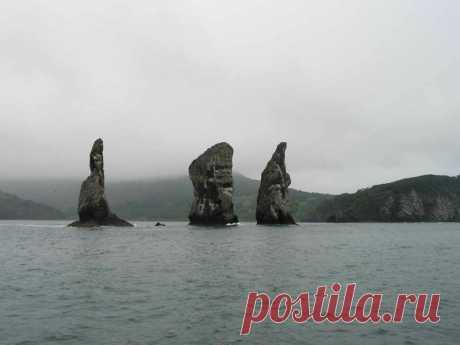 10 самых впечатляющих морских скал.Скалы Три Брата находятся у самого входа в Авачинскую губу (бухту), в бухте Шлюпочной. Скалы Три Брата представляют собой выходящие из воды три каменных столба. Они располагаются в 300 метрах от береговой полосы.