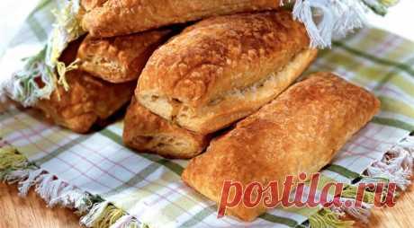 Слоеные пирожки с фасолью - ПУТЕШЕСТВУЙ ПО САЙТУ. ИНГРЕДИЕНТЫ 140 г полутвердого или твердого сыра 850 г консервированной белой фасоли 2 зубчика чеснока 0,5 ч. л. сушеного тимьяна 2 ч. л. соуса чили 400 г слоеного теста 1 ст. л. растительного масла 1 яйцо ПОШАГОВЫЙ РЕЦЕПТ ПРИГОТОВЛЕНИЯ Шаг 1 Чеснок очистить и раздавить. В миске соединить фасоль, чеснок, …