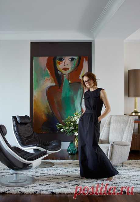 В этом доме винтажная мебель из Бельгии и Англии соседствует с живописью из Индонезии, аутентичными люстрами 1960-х из Италии, шелком из Японии.