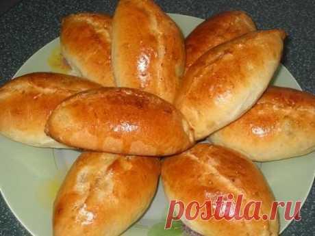 """Пирожки на кефире из воздушного теста  Ингредиенты:  -1 стакан кефира (250 мл.), -0.5 стакана растительного масла, -1 пакетик (11 граммов) сухих дрожжей (я добавляю 1 чайную ложку """"пакмайя""""), -1 ч. ложка соли, -1 ст. ложка сахара, -3 стакана муки, начинка -Начинка может быть любая, я готовила с капустой.  Приготовление:  Кефир смешать с маслом и немного подогреть, добавить соль и сахар, муку просеять и смешать с дрожжами, влить постепенно кефирную смесь и замесить тесто, н..."""