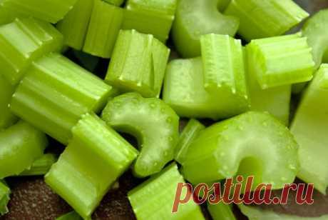Начните свой день с сельдерея: 5 простых рецептов — Шаг к Здоровью Сельдерей хорош не только в салатах и овощных супах. Отбросьте сомнения и попробуйте начать день с сельдерея с нашими тонизирующими рецептами!