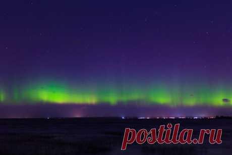 Ночь с воскресенья на понедельник над Финским заливом запечатлели северное сияние. Редкое явление озарило ночное небо не хуже солнца.