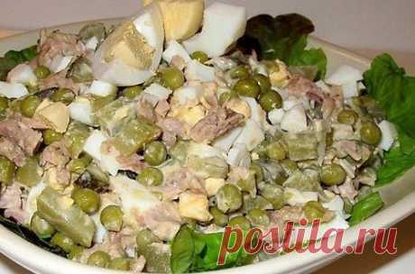 Салат «Азов»  Ингредиенты: тунец консервированный в собственном соку – 1 банка яйца куриные – 2-3 шт. Показать полностью... рис отварной – 1 стакан лук репчатый – 1 шт. соус соевый – 3 ст. ложки майонез – по вкусу зелень укропа – по желанию перец черный молотый – по вкусу Способ приготовления: 1. Заранее отварите яйца и рис. Отварите тунец в собственном соку, затем слейте с него жидкость. 2. Очистите лук и нарежьте его тонкими полукольцами. 3. Яйца и отварной рис остудите, очистите и измельчит…