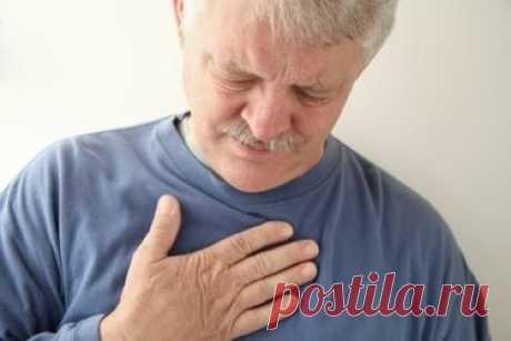 Как помочь человеку с отёком лёгких до приезда медиков Правильная доврачебная помощь при отёке лёгких поможет спасти жизнь заболевшему. Отёк лёгких – это неотложное состояние больного, когда необходимо в первую очередь вызвать скорую помощь. Но первую помощь необходимо оказать ещё до приезда медиков. Как определить, что у человека начался отёк лёгких? У него вдруг резко, в течении нескольких минут возникает приступ одышки, затрудняется дыхание. Больной пытается, сесть, упе...