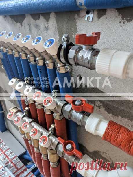 Монтаж распределительных коллекторов горячего и холодного водоснабжения с регулирующими клапанами. Заказать водопровод в доме под ключ тут - https://amikta.ru/vodosnabzhenie/montazh-vodosnabzheniya/