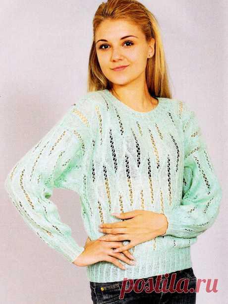Нежный мохеровый пуловер с ажурными мелкими косами спицами – схема вязания с описанием