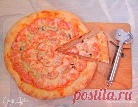 Пиццу любят и взрослые, и дети, ее можно взять с собой на природу и приготовить для домашних посиделок. Так понравилось тесто по рецепту Vicky, что мне захотелось с ним приготовить пиццу. Пицца получилась очень вкусная, с сочной начинкой и хрустящими краями, вообщем все как я люблю. Викуля спасибо!