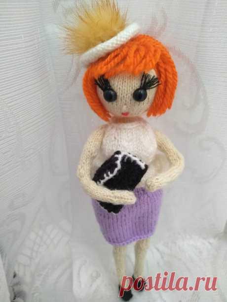 Кукла в стиле ретро. Костюм дополняют мини клатч и шапочка. Вязаные игрушки - подарок любимым