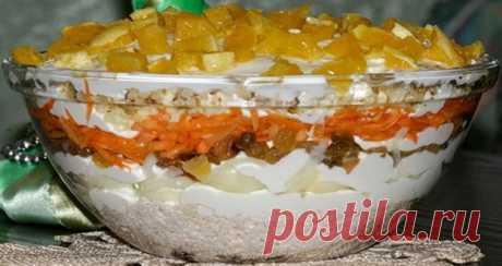 Невероятно вкусный салат «Французская любовница». Оригинальное сочетание кислинки и нежности!  Ингредиенты: Куриное филе — 300 гИзюм — 1 шт.Лук — 2 шт.Твердый сыр — 50 гАпельсин — 2 шт.Морковь — 2 шт.Грецкие орехи — 1 стак.Вода — 150 млСахар — 1 ч. л.Уксус — 1 ч. л.Соль по вкусуМайонез по вкус…