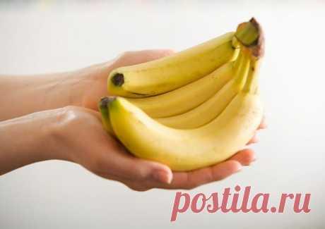 Как хранить бананы, чтобы они не чернели? Лайфхак для хозяек. Чтобы замедлить процесс подрумянивания банановой кожуры, все, что вам нужно сделать, это обернуть конец стебля обычной пищевой пленкой.
