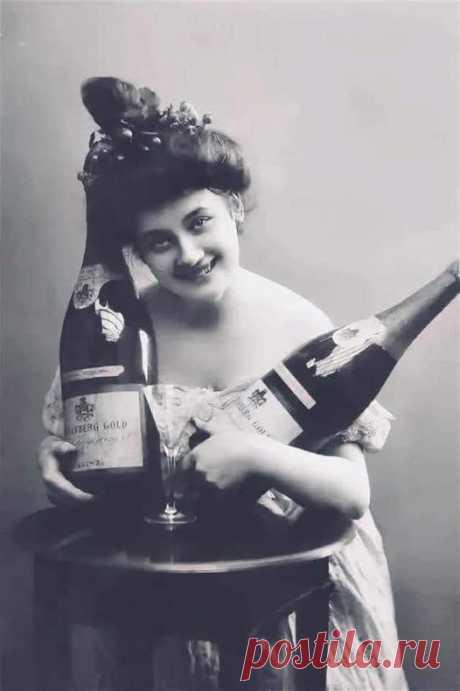 Когда овдовела мадам Клико, то она унаследовала богатые винные погреба. B погреба эти было опасно спускаться из-за взрывающихся бутылок шампанского. Поэтому, в подвалы ходили в специальных защитных костюмах от осколков, отсюда фраза «Кто не рискует, тот не пьёт шампанского»