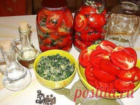ПОМИДОРЫ, КОНСЕРВИРОВАННЫЕ ПОЛОВИНКАМИ. ОЧЕНЬ ВКУСНЫЕ!!!  Помидоры получаются просто безумно вкусными. Съедаются не только сами помидоры ,но и даже рассол,потому что он очень вкусный и ароматный!!  НАДО НА 10 ЛИТРОВЫХ БАНОК:  • Помидоры – 5-6 кг • Лук репчатый (желательно фиолетовый) – 10 шт. • Перец болгарский сладкий – 4-5 шт. • Чеснок – 20 зубчиков • Листья хрена – 10 шт. • Зонтики укропа – 10 шт. • Морковь – 3-4 шт. • Лимонная кислота  Для рассола ( на 10 банок примерн...