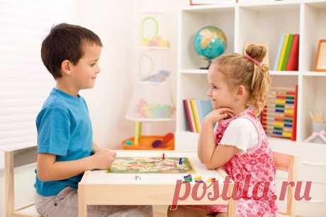 """ЧЕМ ЗАНЯТЬ РЕБЕНКА ВЕЧЕРОМ (12 СПОКОЙНЫХ ИГР) Ребенок пошел в детский сад - и вы не можете узнать своего малыша: он становится неуправляемым, носится по квартире как метеор, скачет по диванам и кроватям, кричит, хохочет, легко срывается на слезы... """"Как подменили ребенка! - сокрушаются родители. - Надо будет поговорить с воспитателем!"""". А в садике говорят: """"Очень послушный мальчик!"""" или: """"Такая тихая, спокойная девочка!"""". Мама и папа удивляются. А зря! Даже для…"""