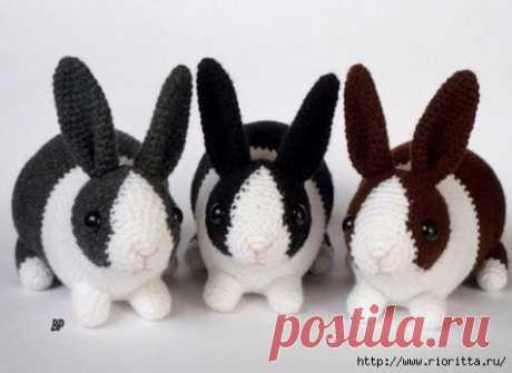 Кролик крючком Кролик крючком Для вязания такого милого кролика нам понадобится: - пряжа белого и черного (коричневого, серого и любого другого) цвета - крючок - бусинки для глаз или глазки для игрушек - наполнитель