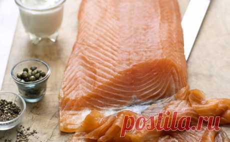 Солим красную рыбу сами Северными способами. Весь вкус и сок остаются, а соль почти не чувствуется - Steak Lovers - медиаплатформа МирТесен Соленый лосось или семга хоть и считаются в магазине деликатесами, далеко неидеальны на вкус. При засоле на рыбозаводах в них добавляют слишком большое количество соли и пересушивают: в результате вкус получается чересчур соленым, и рыба уже почти не чувствуется. Кроме того, очень часто магазинная