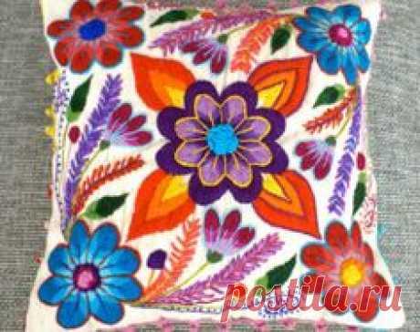 Nuestra pareja más popular, en hallazgos Etsy es nuevo :)  Cubre de flores vibrantes, coloridos pop maravillosamente del fondo crema de nuestro cojín bordado mano. Nuestros pilllows son primero tejidos en telar tradicional con lana de oveja y luego adornados con hermosas flores bordadas de lana de alpaca. Un juguetón crochet adorno da este cojines el acabado perfecto.  Te encantará los colores y texturas, que esto cubre traerá a su casa :)  Cierre de cremallera trasera. Medidas 16 x 16 en  2 ...