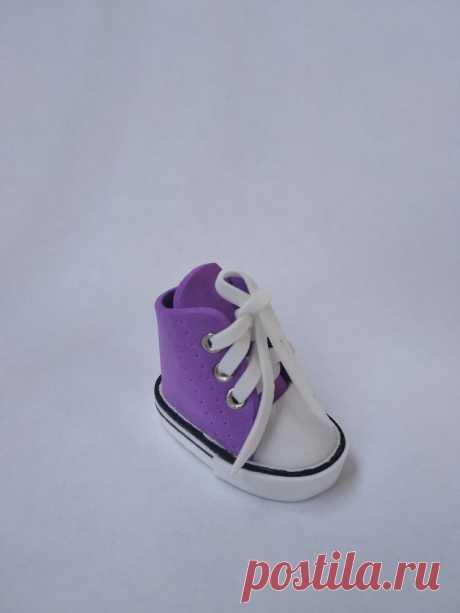 Мастерим кеды для куклы из фоамирана Для куклы как и для людей обувь имеет первостепенное значение при создании образа или, как сейчас модно говорить, аутфита. На китайских сайтах можно найти множество различных кедиков, сандаликов и прочих вариантов кукольной обуви.