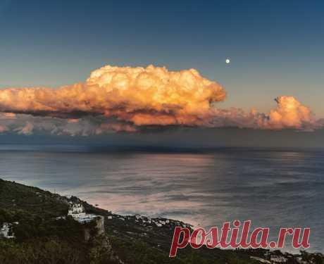 Закатное облако над Форосом, Крым. Невероятный снимок от Дмитрия Кочеткова (nat-geo.ru/community/user/52069/).